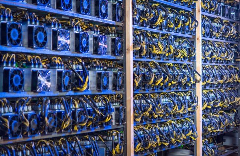 """Ferme de minage de Bitcoin où le miracle du """"cloud"""" s'opère"""