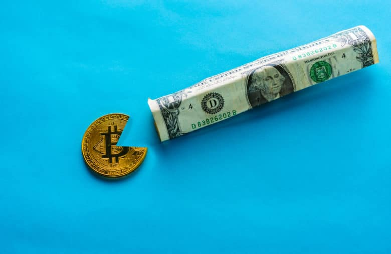 Bitcoin en train de fumer un dollar, au calme