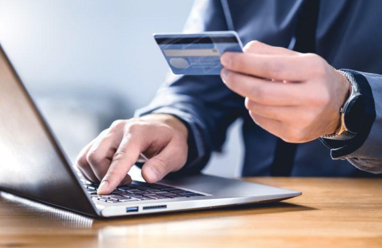 Le paiement par carte bancaire implique plus de frais, mais un achat instantané