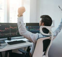 un trader émotif devant son écran