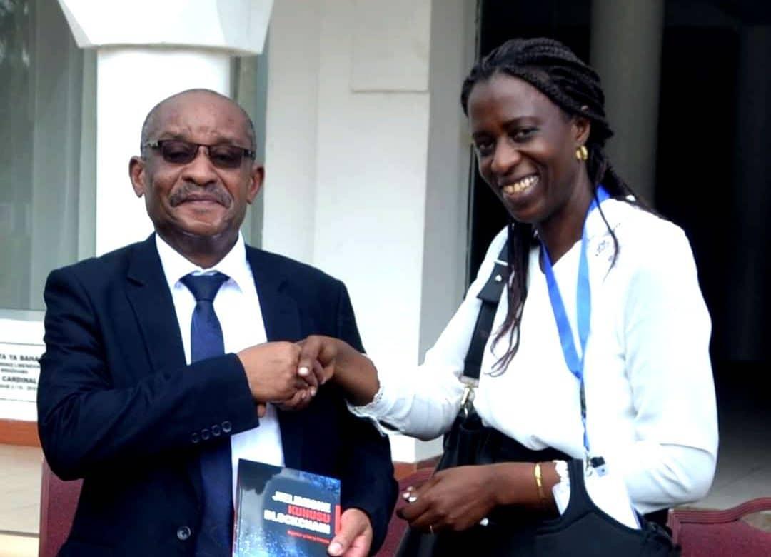 Sandra Chogo remet son livre au gouverneur de la Bank of Tanzania